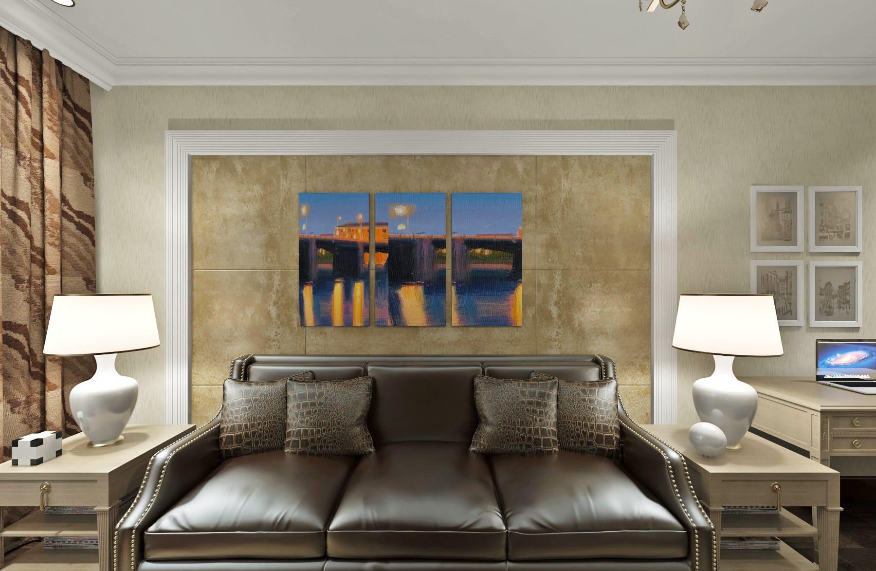 картина триптих, классический интерьера декоративная штукатурка за кожаным диваном, кожаные подушки, дизайн квартиры в гомеле