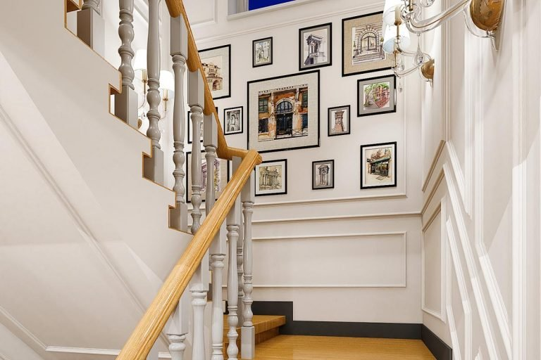 вид на лестницу, декоративное панно из картин в рамах с паспарту на стене на лестничной площадке, бра на стенах, молдинги, балясины на лестнице