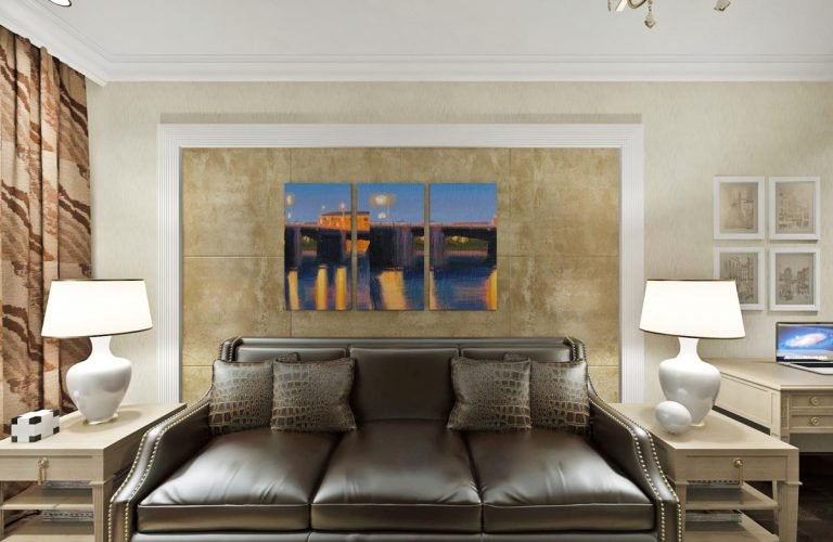 картина триптих, классический интерьера декоративная штукатурка за кожаным диваном, кожаные подушки