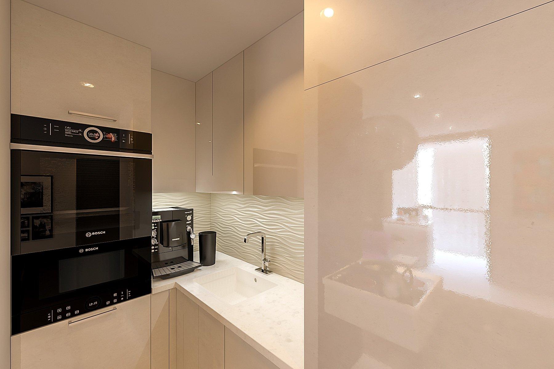 светлый, кремовый, глянцевый, маленький, компактный кухонный гарнитур со всей необходимой бытовой техникой, с встраиваемой подсветкой, до потолка, встроенный холодильник