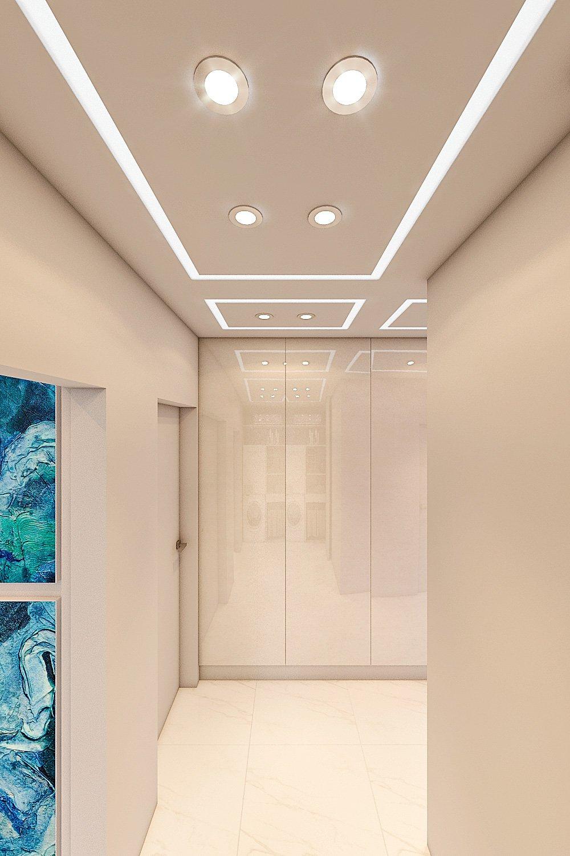 вид на шкаф в коридоре с закрытыми дверцами